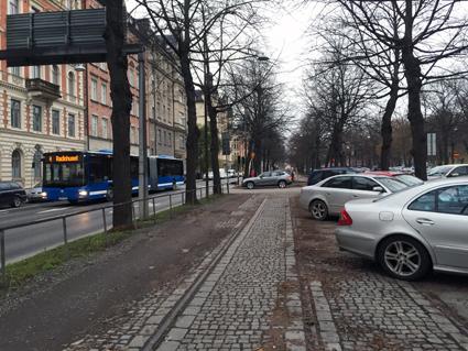 Spår som förskräcker? Vid högertrafikomläggningen 1967 blev det bilparkering av kollektivtrafikens utrymme i Valhallavägen i Stockholm. Samtidigt måste landets mest utnyttjade busslinje slåss med bilarna om gaturummet. Foto: Ulo Maasing.