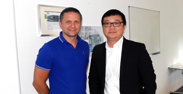 Slavik Shevchuk, vd förBus Trade Center AB och Leevon Tian, försäljningschef vid BYD Europe.