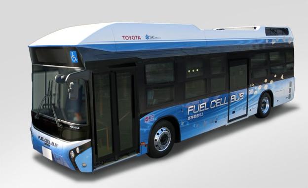 Här kommer bussen som är ett nödkraftverk. Foto: Toyota.