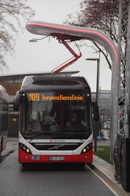 Volvo Bussar och Siemens inleder ett globalt samarbete om elbussar. Volvos nya Electric Hybrid rullar redan i Hamburg och laddas vid ändhållplatserna med utrustning från Siemens. Foto: Volvo Bussar.