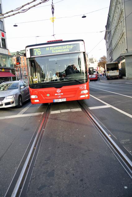 Kännbara nerdragningar och högre biljettpriser väntar kollektivtrafiken i Storstockholm. Bussturerna ska bli glesare, linjer läggas ner och investeringar skärs bort. Foto: Ulo Maasing.