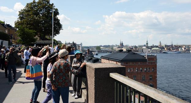 Asiatiska turister på Fjällgatan i Stockholm. Foto: Ulo Maasing.