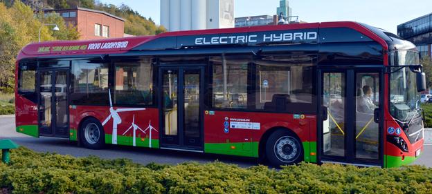 Volvo Electric Hybrid i Stockholm. Volvo har gått förbi alla de europeiska storföretagen och tagit en ledarroll, konstateras det i rapporten från Energimyndigheten. Foto: Volvo Bussar.