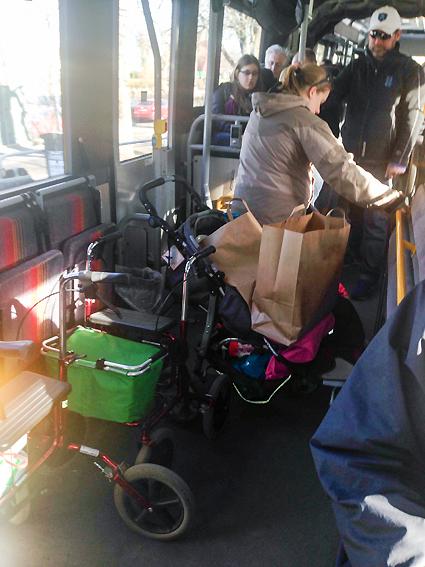 Trängsel ombord är en av de viktigaste källorna till missnöje bland resenärerna. Men det är inte bara en komfortfråga utan också en säkerhetsfråga. Så här såg det ut på SL:s linje 670 tidigt i lördags eftermiddag med barnvagnar, bagage och en rollator som blockerar mittgång och mittdörr. Foto: Läsarbild.