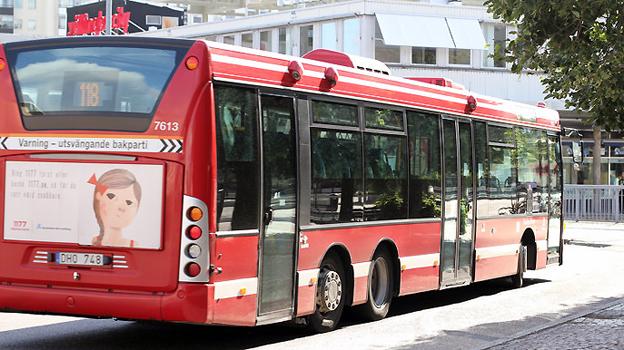 En stor del av skladorna på boggiebussar inträffar på höger sida av bussens bakparti. Bakpartiet kan svänga långt in på trottoaren. Nu har en bussförare i Stockholm åtalats för att med bakpartiet på bussen ha rammat ett par med barnvagn. Bussen på bilden har inget samband med olyckan. Foto: KGK.
