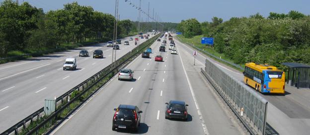 Helsingörsmotorvägen i Danmark. Den danska Trafikstyrelsen vill göra det enklare för utländska bussföretag att få Tempo 100-märke för de danska motorvägarna. Foto: Thomas Bredøl.