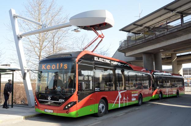Kraften kommer från ovan. Två av Stockholms nya laddhybridbussar, Volvo Electric Hybrid, vid laddstationen i Ropsten i nordöstra Stockholm. Bussen kör in under laddstationen från Siemens och batterierna laddas på sex minuter. Föraren behöver inte göra något. Foto: Ulo Maasing.