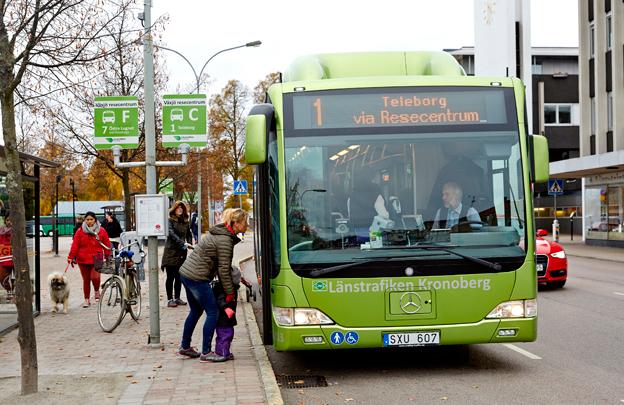 De här passagerarna med en av Växjös stadsbussar har ingen anledning till missnöje. Foto: Mats Samuelsson.