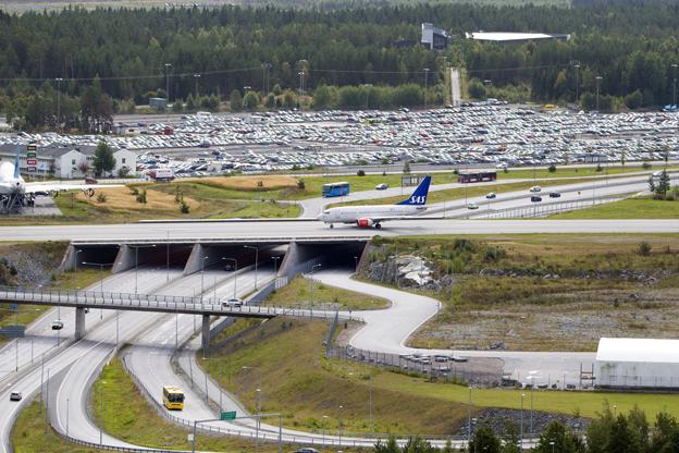 Arlanda flygplats har bäst utbud i Sverige av kollektivtrafik. Men samtidigt brer parkeringsplatserna ut sig och kollektivtraifken tvingas konkurrera med dumpade parkeringsavgifter, skriver John Strand, vd Flygbussarna, Per Thorstenson, vd Arlanda Express och Christer Fritzson, vd SJ AB. Foto: Swedavia/Peter Phillips.