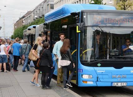 Västtrafiks resenärer blir allt flitigre användare av smarta telefoner. Foto: Ulo Maasing.