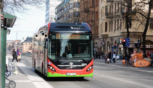 På filttofflor genom Vasastan i Stockholm. 73:ans buss i huvudstaden kör större delen av linjesträckningen på el. Foto: Ulo Maasing.
