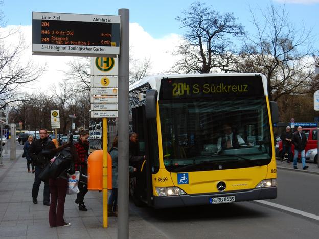 Berlins linje 204 körs idag med konventionella dieselbussar som i sommar ersätts av kontaktlöst laddade elbussar. Foto: Ulo Maasing.