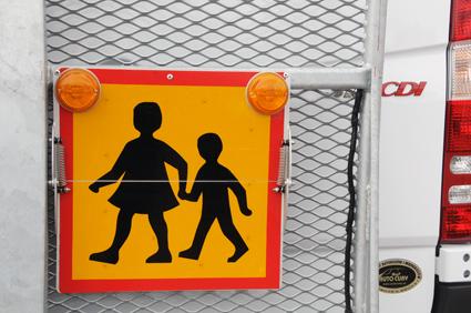 Sveriges Bussföretag, Svensk Kollektivtrafik, Taxiförbundet och Trygg Hansa ska ta fram ett utbildningsmaterial för föräldrar och skolbarn för att göra skolskjutsresorna trygga och säkra. Foto: Ulo Maasing.