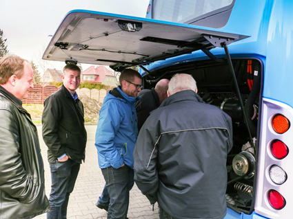 Medarbetrae från Vårgårdabuss på plats i Slupsk för att inspektera sina nya hybridbussar. Foto: Scania.