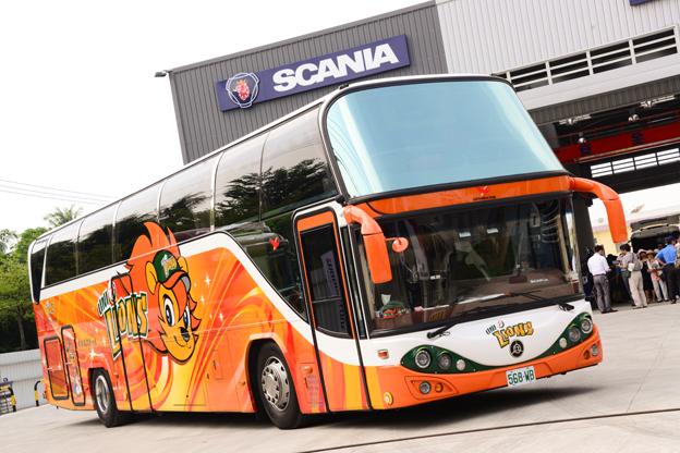 En av de mer än 550 turistbussar av Gen Chens senaste modell, byggd på Scania, rullar nu på Taiwan. Foto: Scania.