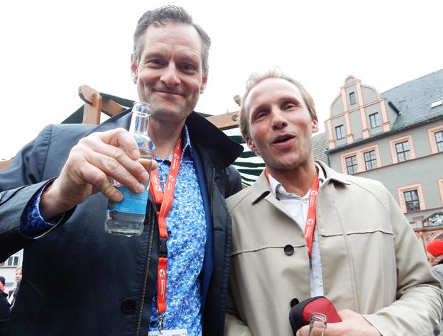 Inga lessna miner här inte. JF Travels Michael Fogelström och Jörns Resors Peter Olsén svingade buteljer i Weimar.