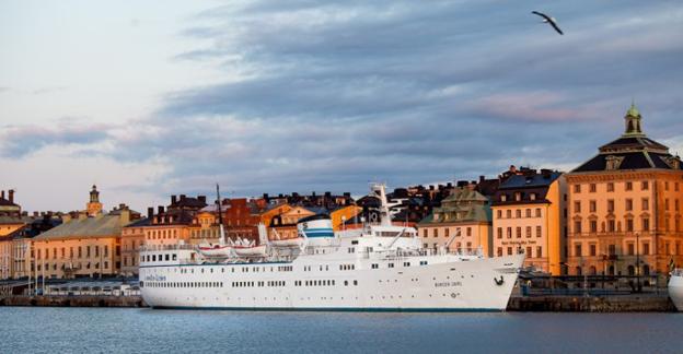 M/S Birger Jarl flyttar och får ett delvis nytt liv. På bilden ligger fartyget vid sin gamla plats vid Skeppsbron i Stockholm. Foto: Ånedin Hostel.