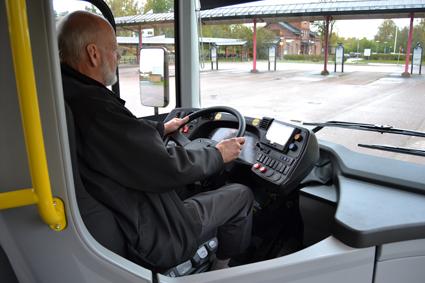 Färre bussförarjobb och dyrare kollektivtrafik hotar, hävdar Sveriges Bussföretag i en ny rapport. Personen på bilden har inget direkt samband med artikeln. Foto: Volvo.