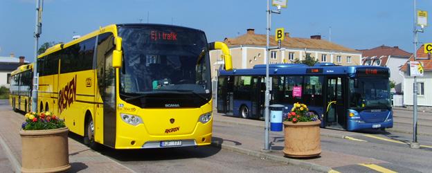 Busstationen i Oskarshamn. Busspendlarna mellan Oskarshamn och Kalmar ärmycket nöjda med sina bussresor. Foto: Västgöten/Wikimedia Commons.