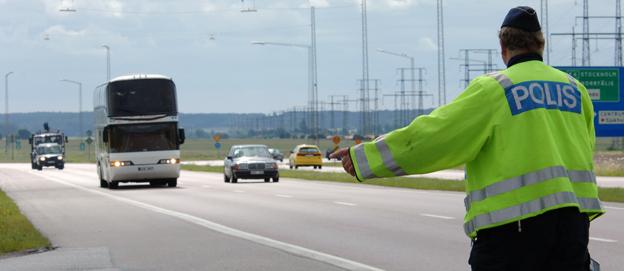 Det gäller att ha färdskrivare och förarkort i ordning vid en kontroll. Annars riskerar företaget att bedömas inte ha gott anseende och då ryker trafiktillståndet. Foto: Ulo Maasing.
