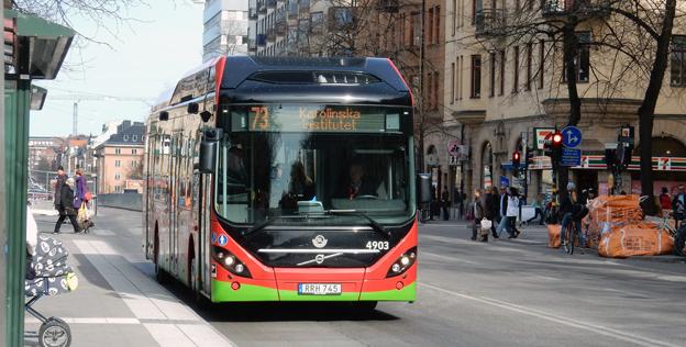 Försöket med laddhybridbussr på linje 73 i Stockholm ska fortsätta, men i övrigt vill SL knuffa en satsning på elbussar långt framåt i tiden. Foto: Ulo Maasing.