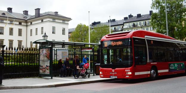 Här stannar buss 52 framför Landstingshuset i Stockholm. En resa från dörr till dörr med 52:an till Centralen tar tio minuter. SL-chefen Anders Lindström föredrog taxi. Foto: Ulo Maasing.
