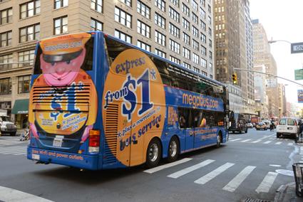 …så Souter satsade vidare på egen hand. Nu kör Megabus.com i USA (som på bilden), Kanada, Storbritannien och en rad länder på kontinenten. Stelios´EasyBus kör viss flygbusstrafik i London. Foto: Ulo Maasing.
