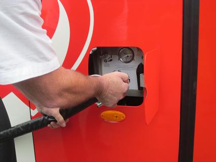 Bussen tankas med lokalt producerad biogas. Foto: Scania.