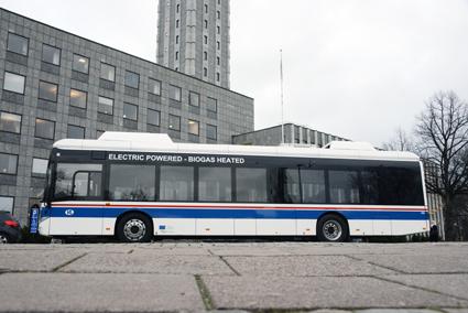 Västerås testar att locka bilister att ta bussen till shoppingen med hjälp av elbuss. Foto: Ulo Maasing.