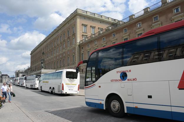 Turistbussarna kring Stockholms slott är många. Inte kul, tycker kungafamiljen. Foto: Ulo Maasing.