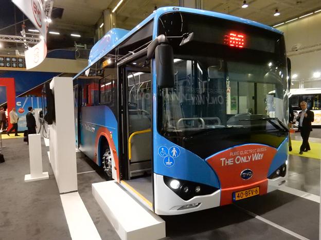 KInesiska BYD vill växa i Europa. På mässan i Milano visar man en av de bussar som ska levereras till Amsterdams flygplats Schiphol. Foto: Ulo Maasing.