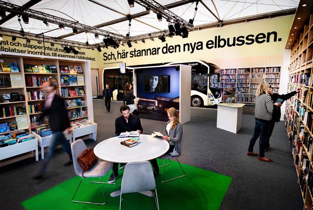 Busshållplats inne i biblioteket? Jojomensan –med elbuss går det! Foto: Volvo.