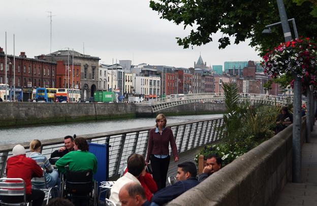 Dublin planerar tuffa restriktioner för biltrafik i centrum. Floden Liffeys stränder ska bli strandpromenader. Foto: Ulo Maasing.