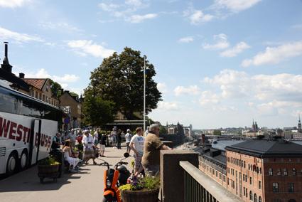 Kryssningsturister på rundtur i Stockholm beundrar utsikten från Fjällgatan. Foto: Ulo Maasing.
