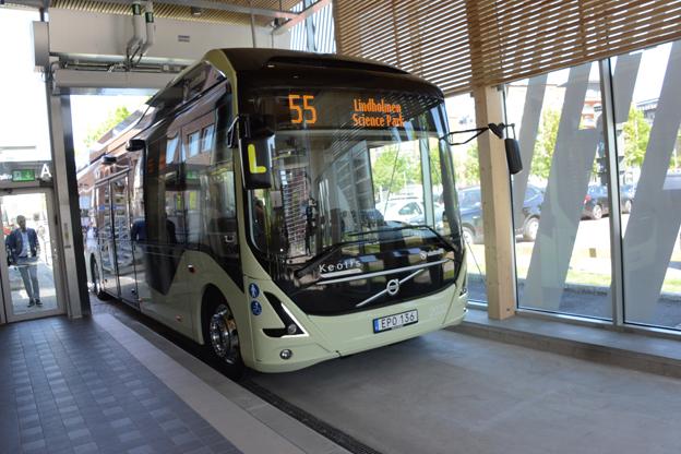 Ändhållplatsen vid Lindholmen Science Park är unik. Eftersom bussarna på linje 55 är tysta och utsläppsfria kan hållplatsen ligga inomhus. Här sker även en snabbladdning av batterierna. Foto: Ulo Maasing.