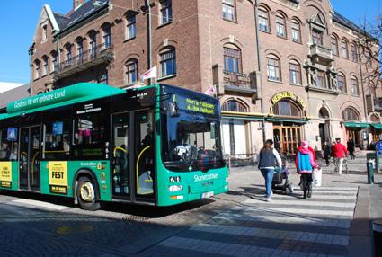 Bussresenärer i Lund väljer bussen därför att den går ofta och ger en enkel och bekväm resa. Foto: Skånetrafiken.