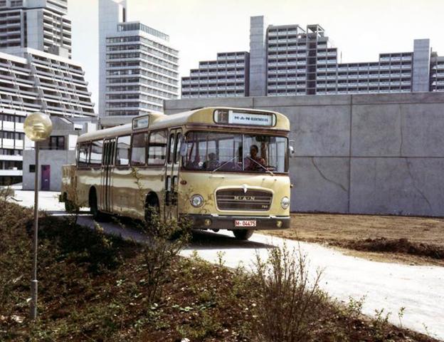 1970 lanserade MAN sin första elbuss, Elektrobus som här går i trafik vid OS i München 1972. Batterierna finns på ett släp bakom bussen.