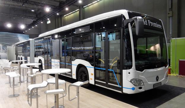 Flera utställare visar BRT-bussar. Mercedes-Benz har premiär för en större publik för sin CapaCityL. Foto: Ulo Maasing.