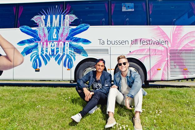 Samir & Viktor, som deltog med låten Groupie i Melodifestivalen, har designat en av Swebus´ bussar. Foto: Swebus.