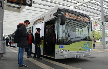 Den tyska staden Braunschwaig har en tolvmeters och fyra artonmeters induktivt laddade batteribussar i trafik. Foto: Ulo Maasing.