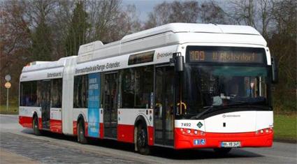 PÅ innovationslinjen i Hamburg, linje 109, går två batteridrivna ledbussar från Solaris. Bussarna har bränslecellsdrivna räckviddsförlängare. Foto: Ulo Maasing.