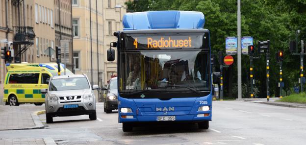 Bilarna får maka på sig när de blå stombussarna i Stockholm ska få bättre framkomlighet och kortare körtider. Foto: Ulo Maasing.