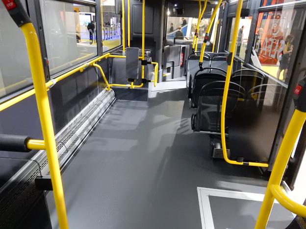 Mellan förarplatsen och det första dörrparet i främre delen av bussen finns en stor plats för rullstolar, barnvagnar osv. Foto: Ulo Maasing.