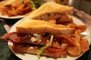 Club sandwich – typisk hotellrätt men dyr i många länder. Foto lic av Wikimedia Commons.