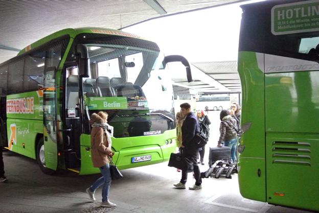 Expressbussar på Berlins busstation, ZOB. Den snabbt växande expressbusstrafiken i Tyskland har fungerat som en effektiv prispressare på tågbiljetter. Foto: Ulo Maasing.
