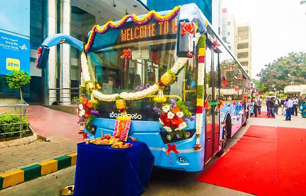 Premiären för Volvoägda UD:s nya stadsbuss begicks i traditionell indisk stil. Foto: UD/Volvo.