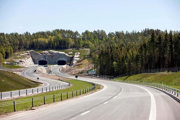 På måndagen invigdes den sju kilometer långa motorvägsetappen genom världsarvet Tanum. En cirka 250 meter lång tunnel har byggts med två separata rör genom Gerumsberget på världsarvsetappen. Foto: Kasper Dudzik.