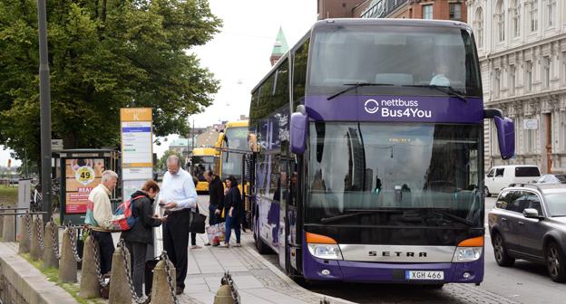 En av Nettbuss Express/Bus 4 You:s expressbussar på Norra Vallgatan i Malmö. Hållplatsen trafikeras även av Flygbussarna som är hänvisade längst bort från centralen till en hållplats som saknar väderskydd. Foto: Ulo Maasing.