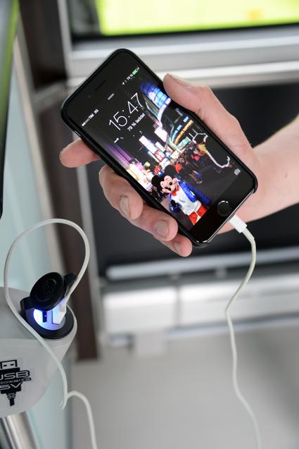 USB-kontakter gör det möjligt för resenärer att ladda sin mobiltelefon eller surfplatta. Foto: Ulo Maasing.