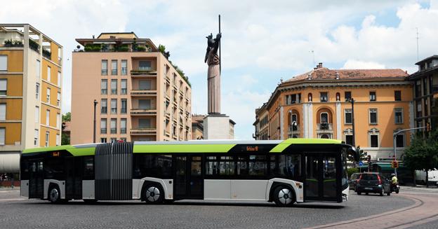 Nya Solaris Urtbino 18 rullar genom centrum i den italienska staden Pavia. Foto: Ulo Maasing.